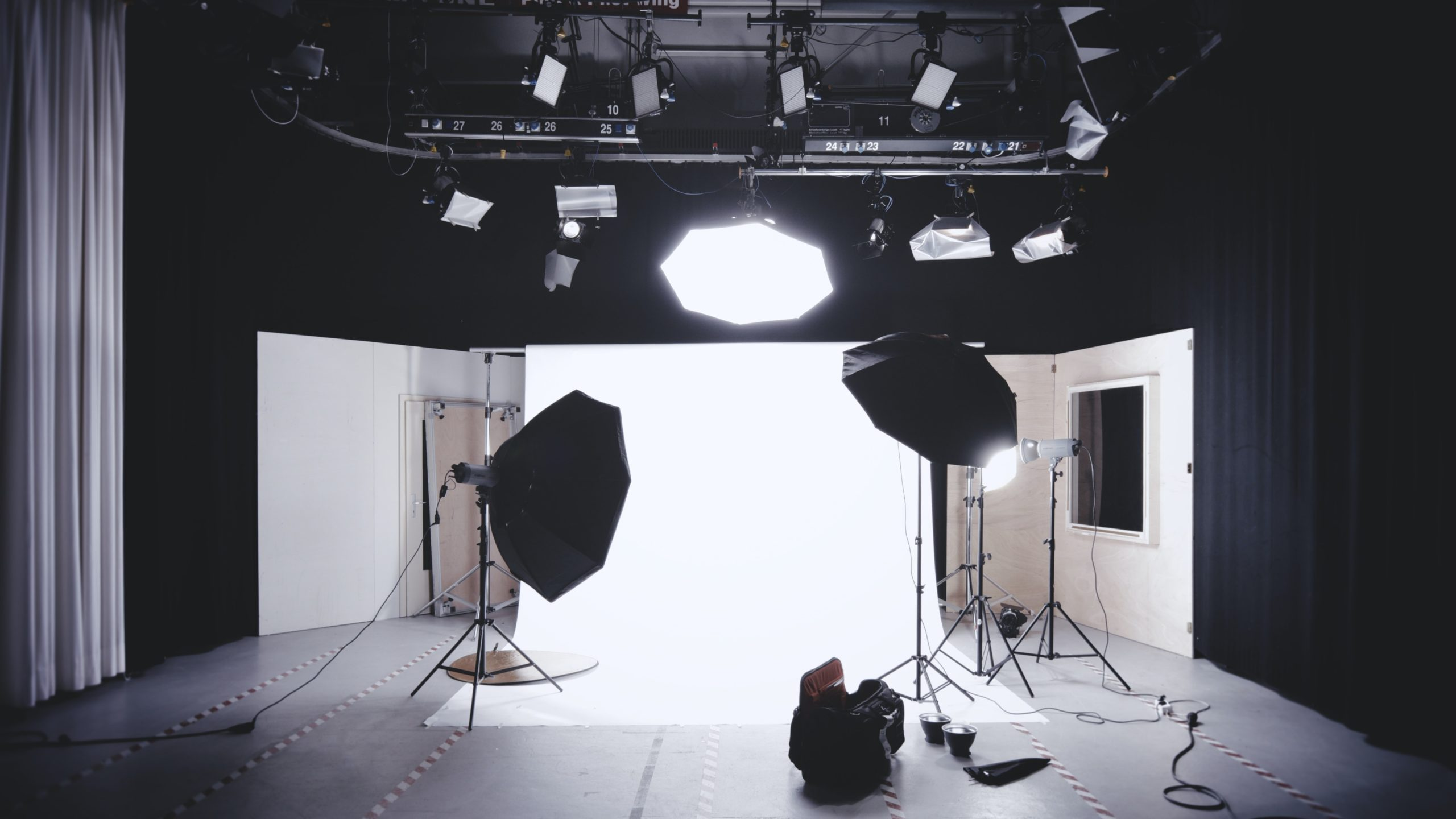 Read more about the article 9 Must-Have Photography Studio Equipment 2021 (DIY Guide)
